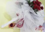 Сватбен букет за булка от нежни рози в бордо и бяло с дръжка от перлички